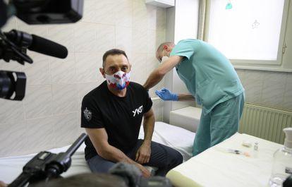 Aleksandar Vulin recibe la vacuna Sputnik V, el pasado enero en Belgrado.