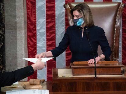 Nancy Pelosi, preside la Cámara de Representantes al concluir la votación.