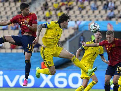 El jugador de España, Dani Olmo, cabecea el balón en una acción del partido ante Suecia.