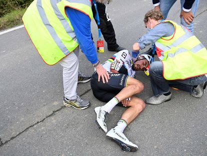 El ciclista francés Julian Alaphilippe, tras caer este domingo en el Tour de Flandes.