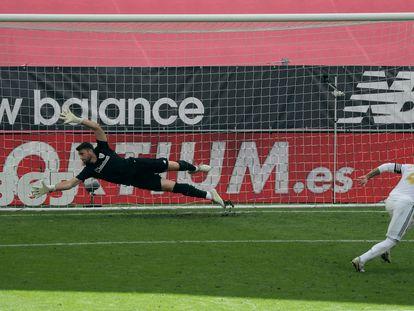 Sergio Ramos mete el penalti que ha dado este domingo la victoria al Madrid ante el Athletic en San Mamés.