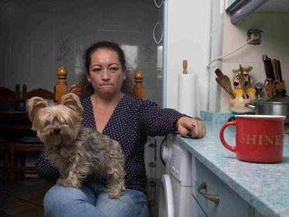 María Fernanda Maldonado, que fue víctima de una compañera de piso que trató de envenenarla a ella y a sus hijos, retratada en su cocina, en Móstoles.