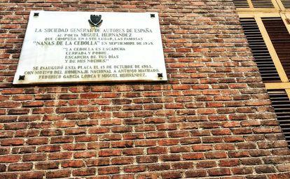 Placa a Miguel Hernández en la calle Conde de Peñalver en Madrid.