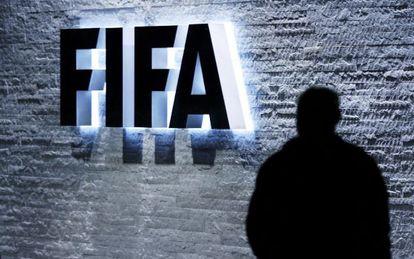 la sede de la FIFA en Zúrich iluminada por la noche.