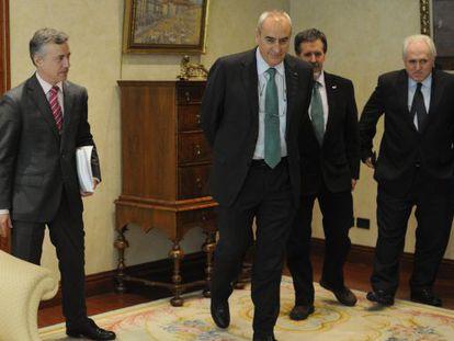 Urkullu, junto a los rectores de Mondragón, UPV-EHU (en representación de Goirizelaia) y Deusto.