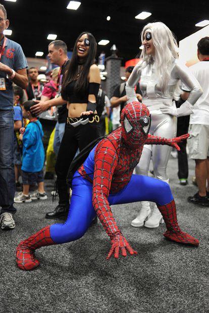 Un hombre disfrazado de Spiderman posa durante de la feria internacional Comic Con.