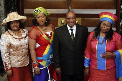 Zuma, rodeado de sus esposas.