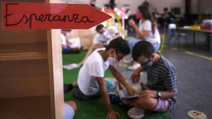 Alumnos del colegio público La Laguna en el nuevo emplazamiento en un centro sociocultural de Los Llanos de Aridane.