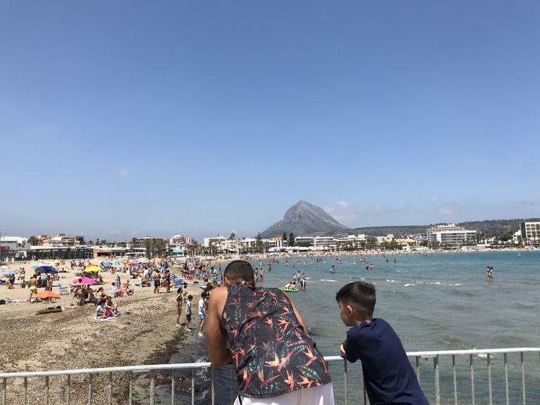 Playa del Arenal, en Xàbia, Alicante, con el Montgó al fondo, este domingo.