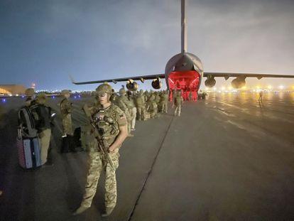 Paracaidistas estadounidenses de la 82ª división Airbone embarcan en el aeropuerto internacional de Kabul el pasado 30 de agosto, en una imagen distribuida por el Ejército de EE UU.