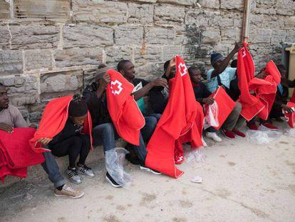 Una decena de inmigrantes, este sábado en el puerto de Tarifa (Cádiz).