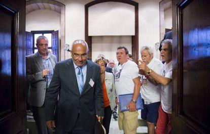 El expresidente de Catalunya Caixa, Adolf Todo, abucheado por miembros de la plataforma de afectados por las preferentes