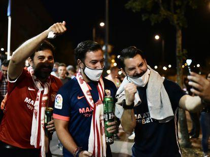 Tres aficionados del Sevilla se hacen un 'selfie' en las inmediaciones del Estadio Puskas Arena, en Budapest, antes de la final de la Supercopa de Europa entre el Bayern y el Sevilla.