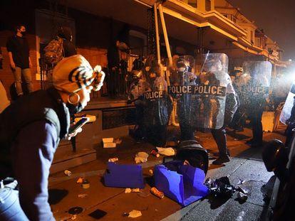 Manifestantes se enfrentan contra la policía en Filadelfia.