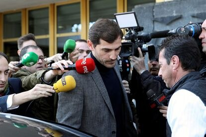GRAF4364. MADRID, 09/03/2020.- El exfutbolista español Iker Casillas a su salida este lunes de la sede del Consejo Superior de Deportes, tras la reunión que ha mantenido con la presidenta del organismo, Irene Lozano. EFE/Rodrigo Jiménez