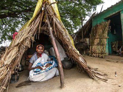 Dodakka, con su hija de mes y medio en la choza donde tiene que vivir como marca la tradición de su casta.