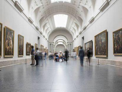 Visitantes en la galería central del Museo del Prado.