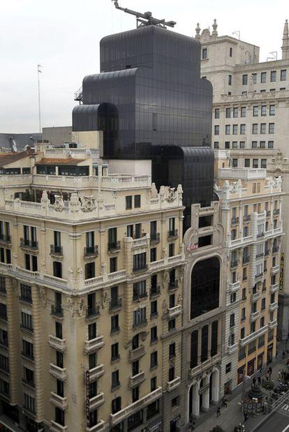 De izquierda a derecha, los tres edificios que han ocupado Gran Vía, 30. El Teatro Fontalba, el Banco Coca y un boceto de la reforma de Federico Echevarría que transformó la fachada del segundo para que recordase  al primero.