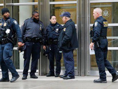 Agentes custodiando la entrada del tribunal federal en Brooklyn