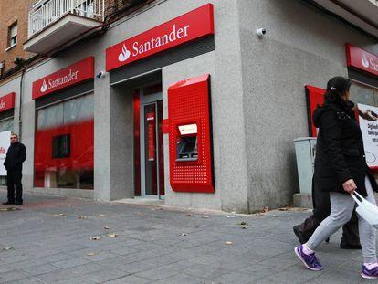 Sucursal del Banco de Santander en la avenida Pablo Neruda de Madrid.