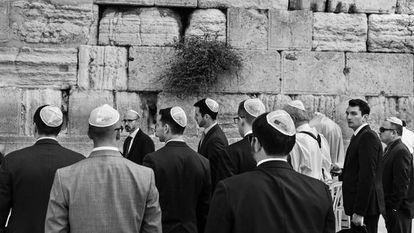 Visitantes junto al Muro de las Lamentaciones, uno de los grandes lugares sagrados del judaísmo.