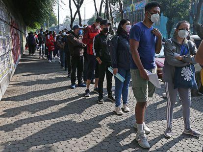 Adultos de 30 a 39 años hacen fila para recibir la vacuna contra la covid-19 en Ciudad de México.