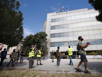 Trabajadores afectados por un ERTE y que todavía no han cobrado el paro, han protestado este lunes por la gestión de las prestaciones frente a la delegación en Barcelona del SEPE.
