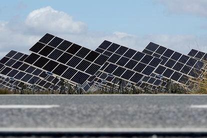 Planta solar a las afueras de la localidad sevillana de El Cuervo.