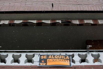"""Vivienda con un cartel de """"se alquila"""" en una calle de Madrid. Alquiler de pisos."""