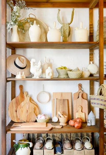 Botijos, esparteñas, vasijas de vidrio soplado o ropa de cama son algunos de los artículos de uso cotidiano que ofrece Cocol en La Latina.