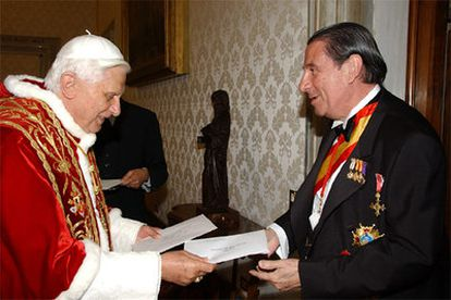 El Papa Benedicto XVI intercambia las cartas credenciales con el nuevo embajador de España ante la Santa Sede, Francisco Vázquez.