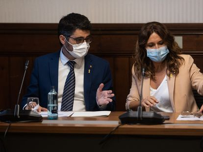 El vicepresidente catalán, Jordi Puigneró, preside junto a la consejera de Presidencia, Laura Vilagrà, una sesión de trabajo en el Parlament.