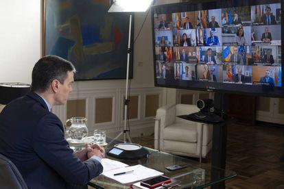 Pedro Sánchez, durante la videoconferencia con los presidentes autonómicos para tratar la crisis del coronavirus, el domingo.