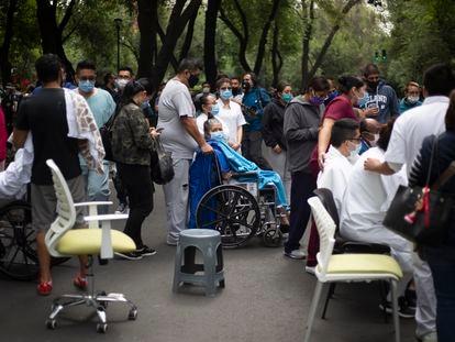 Pacientes del Sanatorio Durango, en la colonia Roma de Ciudad de México, en la calle durante el seísmo.