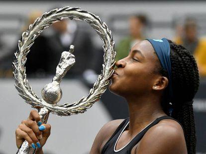 Gauff besa el trofeo de campeona en Linz.