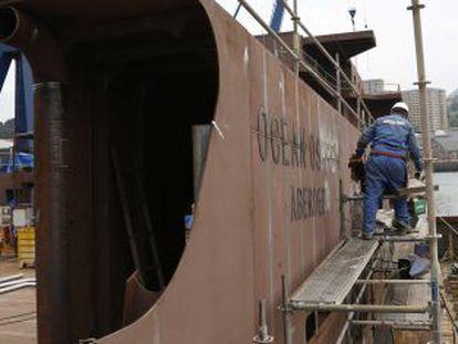 Un operario trabaja en las instalaciones de los astilleros Zamakona en Pasaia (Gipuzkoa).