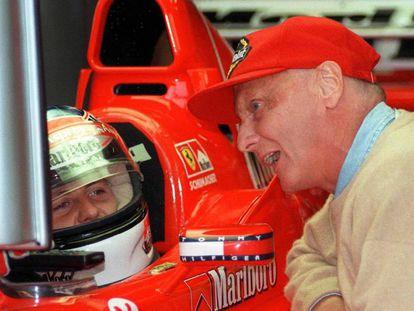Niki Lauda, con Michael Schumacher, en 1998.