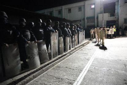 Traslado de reos al Centro Penitenciario Varonil de Tanivet, en Tlacolula, Oaxaca.