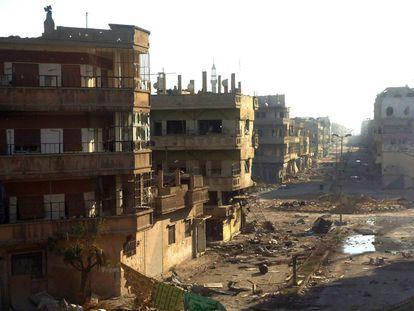 El distrito de Karm Shamsham en Homs, destrozado en esta foto tomada por el canal sirio de la oposición Shaam News Network, el 13 de julio 2012. El 3 de febrero de 2012, el régimen empezó un asedio de la ciudad que duró varias semanas, mató a centenares de civiles y dejó barrios enteros en ruinas.