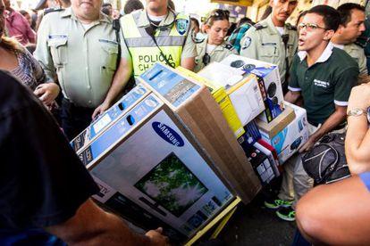 Un grupo de personas compra electrodomésticos en Caracas (Venezuela) el pasado martes.
