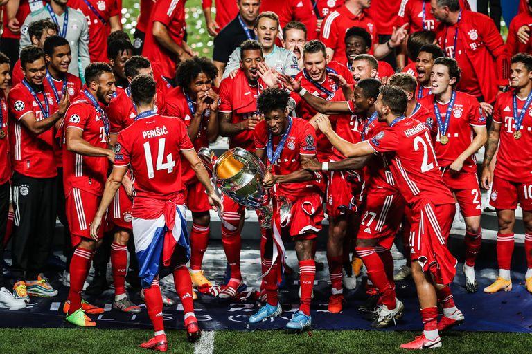 Los jugadores del Bayern, con Coman con el trofeo, celebran la victoria en la Champions tras ganar este domingo al PSG.
