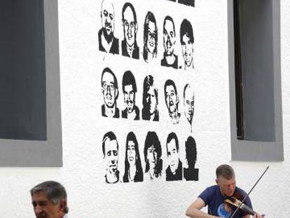 Pintadas a favor del acercamiento de presos etarras al País Vasco, este sábado en Hernani.