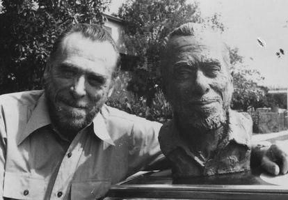 Bukowski con la escultura de Linda King.
