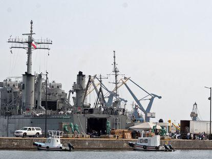 Uno de los buques con alimentos e insumos médicos que México envía a Cuba, en Puerto de Veracruz.