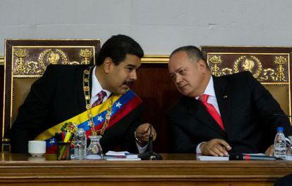 Maduro conversa con Diosdado Cabello en la Asamblea Nacional.