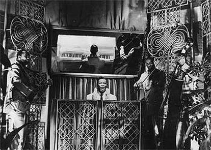 El cantante Nat King Cole (fallecido en 1965), durante una actuación.