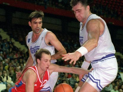 Biriukov y Sabonis defienden al jugador del CSKA Evans, durante un partido de la Euroliga de 1994. EFE