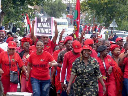 Miembros del partido de la oposición Luchadores por la Libertad Económica (EFF) en su marcha hacia la casa de Winnie Mandela, en Soweto (Johannesburgo).