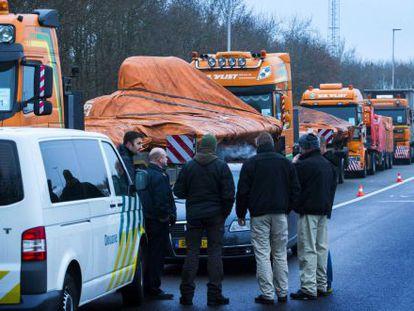 Convoy de camiones que traslada los restos del avión MH17.