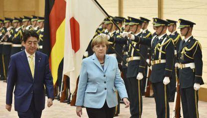 Abe, primer ministro japonés, y Merkel, canciller alemana, el lunes en Tokio.
